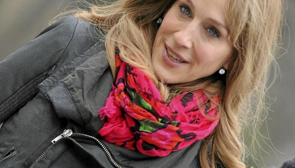 TRENDY: Sarah Jessica Parker er som vanlig trendy med et nostalgisk skjerf og en tøff mc-jakke.