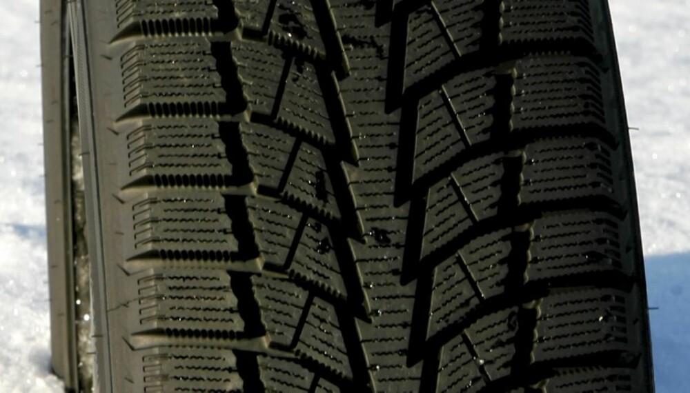 GODT PÅ VINTERFØRE: Bridgestone Blizzak Nordic har godt grep på snø, balansert handling på is og snø, men svake handlingresultater på våt asfalt.