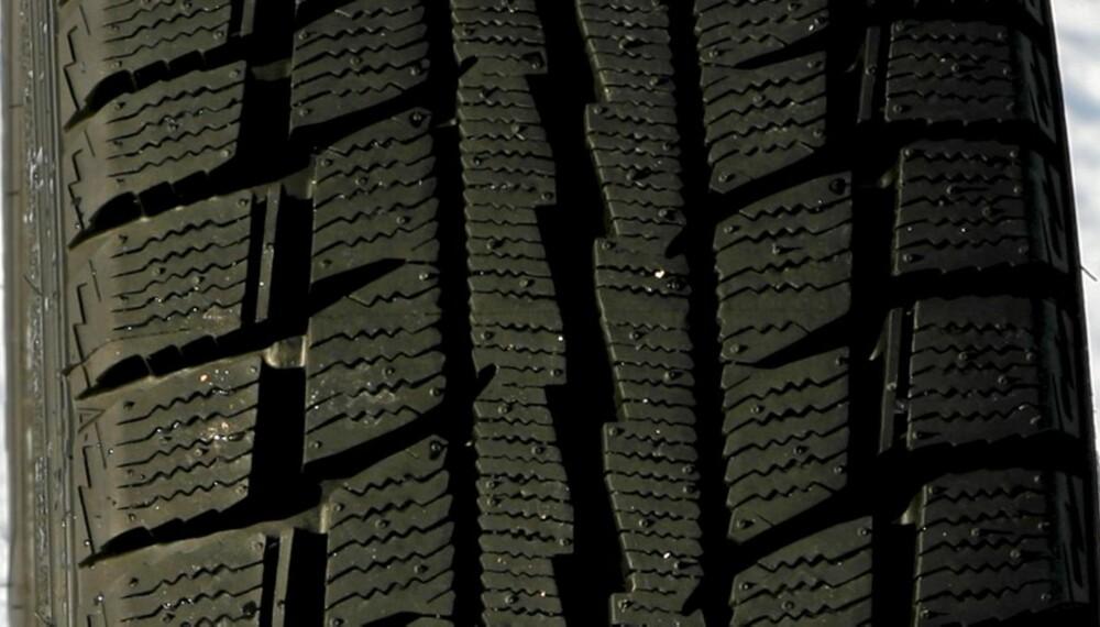 MED FORBEHOLD: Dunlop Graspic DS-2 er balansert på snø, men svakt på bar asfalt og på is.