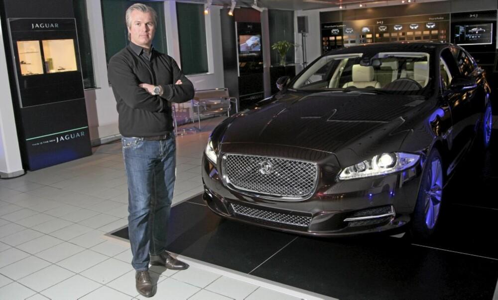 Salgsdirektør Thomas Øvreseth med den dyreste XJ-modellen - en Supersport LWB. For anledningen var den fraktet til Oslo for å stilles ut for presse og potensielle kunder.