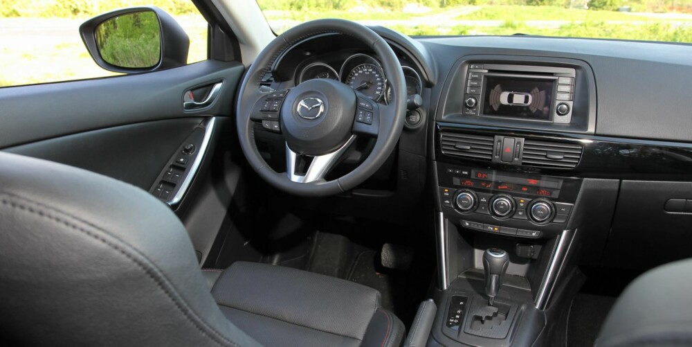 SORT HULL: Innvendig kunne Mazda gjerne ha pyntet mer i CX-5 interiøret. Kjøper du bil til over 400 000 skal det helst se slik ut fra førerplassen. FOTO: Petter Handeland