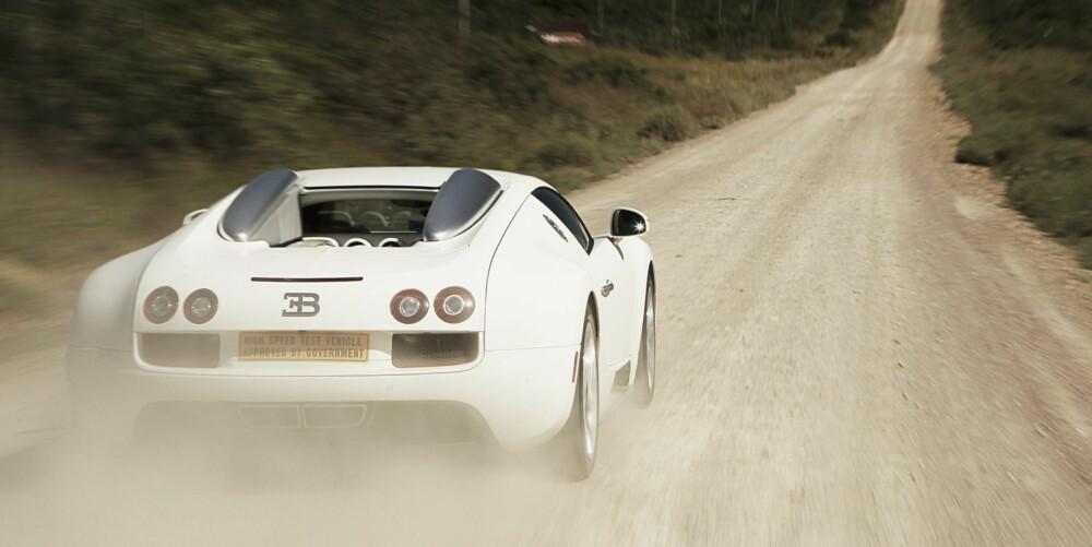 STØV: Motoren på 8 liter er et monster som hveser, plystrer og raper 30 cm bak hodet mitt.
