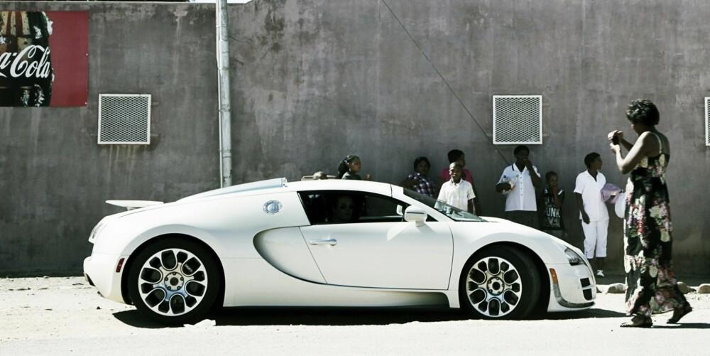 ON FACE: Interesserte tilskuere tar bilder av superbilen.