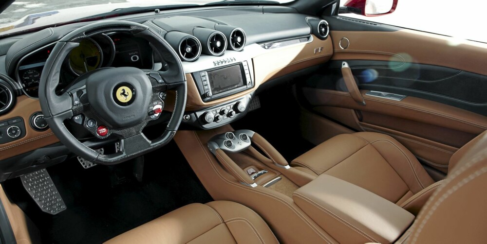 ABSOLUTT FERRARI: Interiøret er absolutt en Ferrari verdig. Knappene på rattet lar deg justere blant annet dempere og traction control.