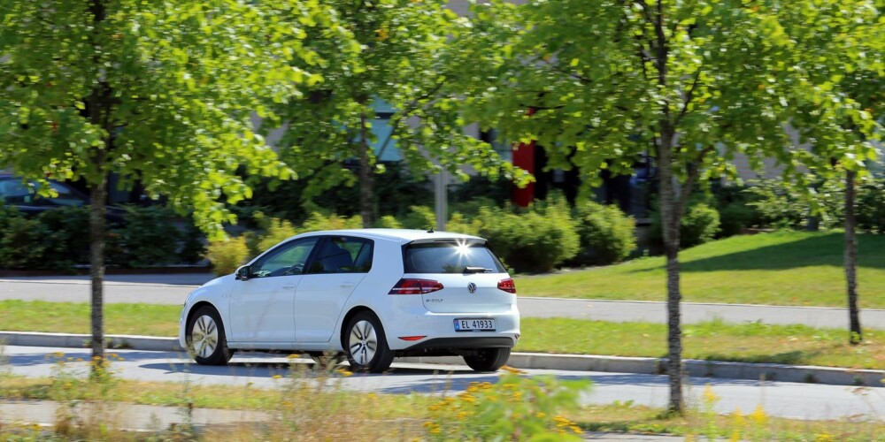 LETTKJØRT: VW Golf er i utgangspunktet en lettkjørt bil, og med elmotor blir det enda lettere. Den kjappe, men jevne kraftflyten fra elmotoren får forbrenningsmotorer til å virke gammelmodige. FOTO: Terje Bjørnsen