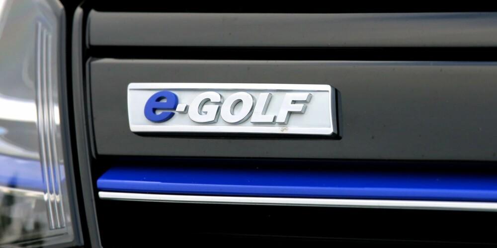 BLÅTT TIL LYST: Blått er det nye grønt når bilfabrikker skal markere miljøvennlighet. E-Golfs tynne blå striper er blant få detaljer som skiller den fra en vanlig Golf utvendig. FOTO: Terje Bjørnsen
