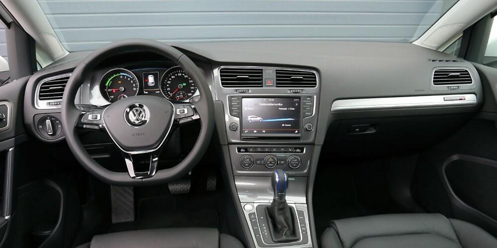 KONVENSJONELT: Mens enkelte andre elbiler har instrumenter som minner om Arcade-spill fra 1990, har VW e-Golf analoge hovedinstrumenter. Kvalitetsfølelsen er på vanlig Golf-nivå, som er litt høyere enn i mange kompaktbilkonkurrenter. FOTO: Terje Bjørnsen
