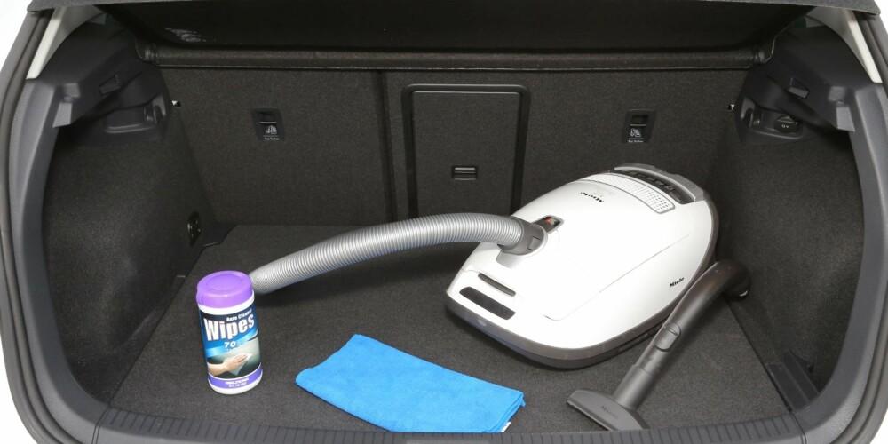STORT NOK: Maksimalvolumet i bagasjerommet er knappe 40 liter mindre i e-Golf enn i en vanlig Golf. E-Golfens 340 liter bør imidlertid holde for de fleste - også denne kompakte elbilen er først og fremst ment for nærkjøring. FOTO: Terje Bjørnsen