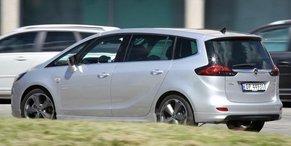 LITT LAVERE: Opel Zafira Tourer framstår som litt lavere en enkelte av flerbruksbil-konkurrentene. Det er i tråd med Opels mål om at bilen skal ha kjøreegenskaper som nærmer seg det en får i ei stasjonsvogn. FOTO: Petter Handeland