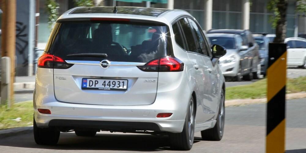 EFFEKTIV: Med en splitter dieselmotor med 136 hk er Opel Zafira Tourer blant flerbruksbilene med lavest forbruk. I sjettegir er det imidlertid smått med kraft i lovlig norsk landeveisfart. FOTO: Petter Handeland