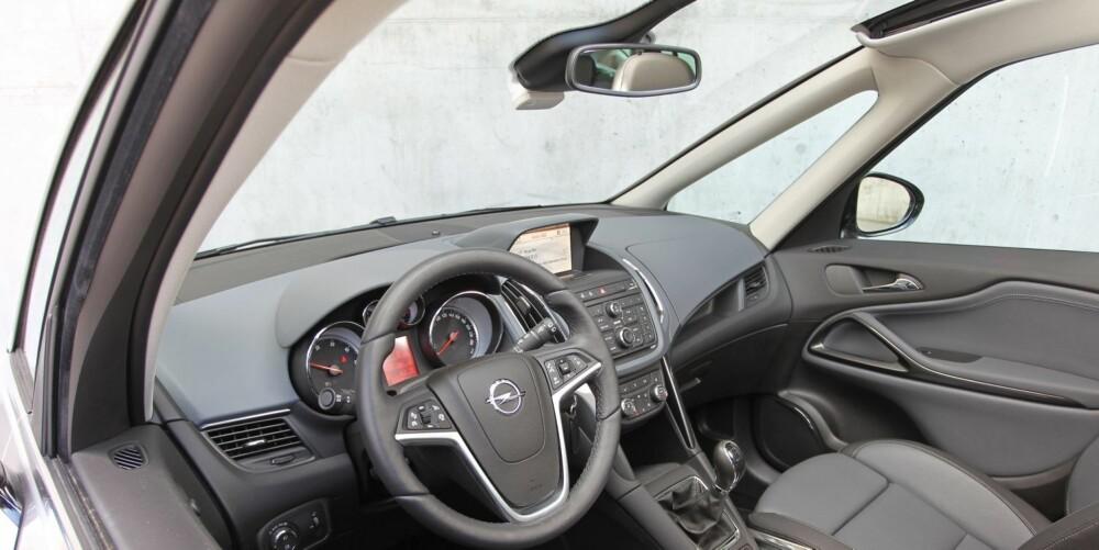 """DRIVHUS: Med panoramafrontrute og glasstak blir det lyst i bilen. Solskjerming får du ved å dra fram en """"""""rullegardin"""""""" fra taket. Kvalitetsfølesen i interiøret er på et meget godt nivå for biltypen. FOTO: Petter Handeland"""