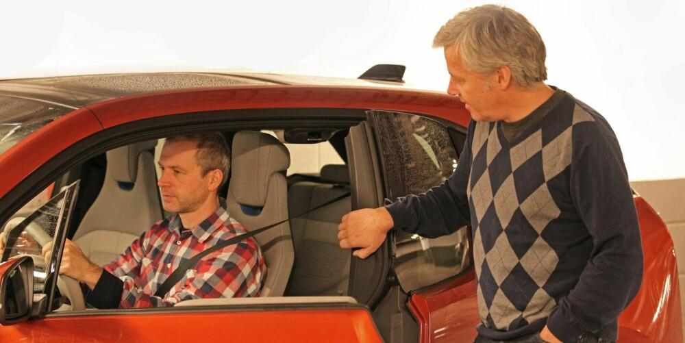 INGEN ADGANG: Fordøren må åpnes først og setebeltet til føreren er festet i forkant av bakdøren. Derfor må det et lite samarbeid til, før noen kan gå inn og ut bak.