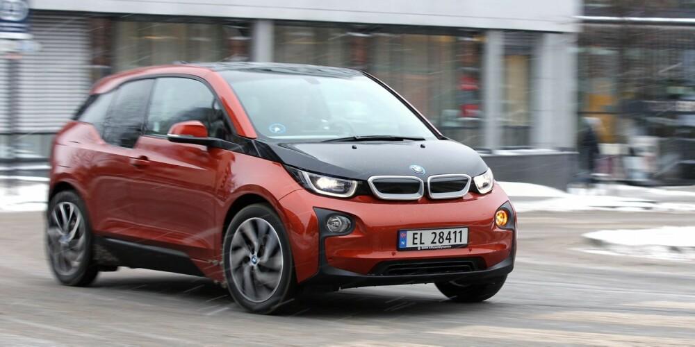 LETTMANØVRERT: BMW i3 snur på en femøring, og du har god oversikt fra førerplass. Med bare fire meter lengde er den lett å parkere.