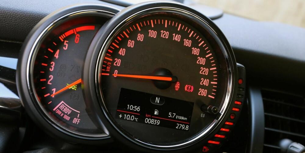 FLYTTET: I dagens generasjon av Mini er speedometeret flyttet fra midt på dashbordet, slik det var i den forrige utgaven, til rett foran sjåføren.