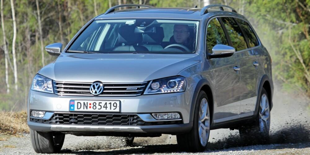 TØFFER SEG: VW Passat Alltrack er stødig og stabil, også når den settes litt på prøve. Noe høyere tyngdepunkt gir ingen nevneverdige ulemper. FOTO: Terje Bjørnsen