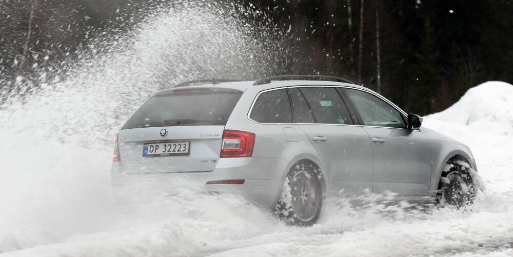 BRØYTER SEG VEI: Skoda Octavia 1,8 TSI 4x4 har trygge, men ganske underholdende vinteregenskaper.