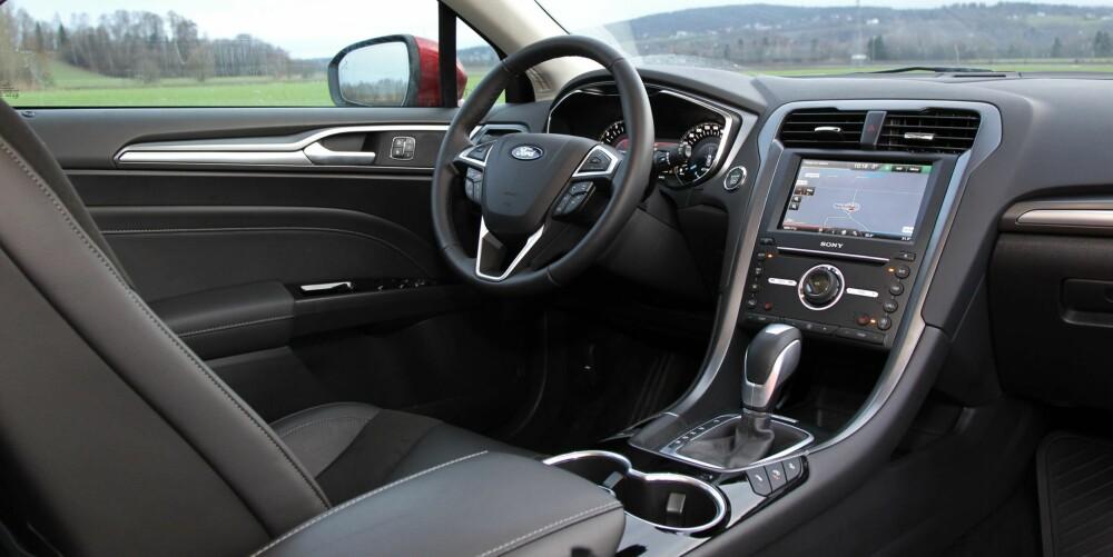 FORBEDRING: Kvalitetsfølelsen i interiøret har aldri vært bedre i en moderne Ford. En stor pekeskjerm erstatter de mange knappene på forgjengerens dashbord. Forsetene er blant de beste i bilklassen.