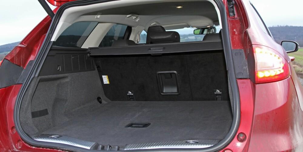 FERIEKLAR: Ford Mondeo har langt lavere tall for oppgitt bagasjeplass enn konkurrenten VW Passat. Når vi måler opp bagasjerommet i de to bilene etter vår faste metode, finner vi derimot at de er omtrent like store. Fabrikktall er ikke alltid til å stole på - her har Ford vært uvanlig nøkterne, VW som vanlig sjenerøse på egne vegne.