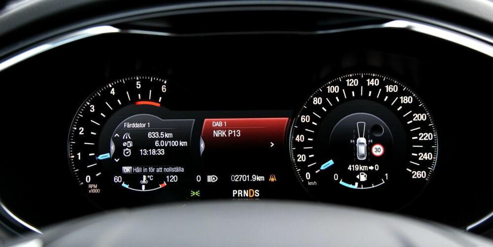 INFO: Ford har lagt mye informasjon og mange betjeningsmuligheter til displayet ved rattet. Det kan kreve litt tilvenning.