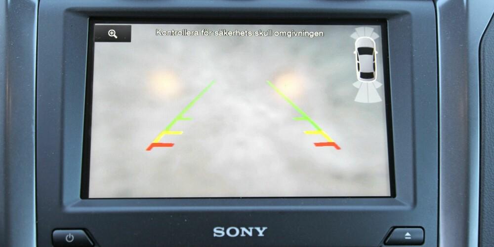 SVAKT: Etter å ha kjørt noen mil, viser ryggekameraet ingenting annet enn snø som er klistret fast til linsa. Dette gjelder for de fleste biler med ryggekamera, men noen, som Passat, har langt bedre løsninger.