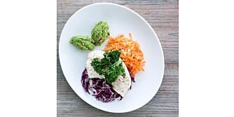 SUNT, GODT OG BILLIG: Hvit fisk med brokkolipuré, råkost og deilig grønnkålchips.
