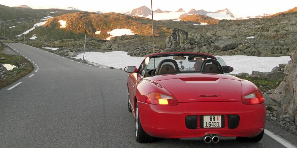SKAPT FOR NORGE: Selv en standard Porsche Boxster har nok ytelser til å gjøre norske veier ekstremt underholdende.