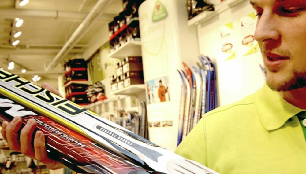 DOMINERER: Madshus og Fischer dominerer skisalget i Norge. - Det er disse merkene kundene spør etter. Andre merker vi har hatt inne får ikke samme etterspørsel. Det bidrar nok også at Madshus er norsk, tror Christer Ruud på Super G-sport i Nydalen i Oslo.