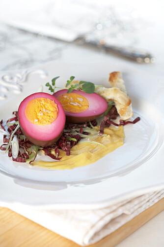 LILLA EGG: Kokte egg lagt i rødbetlake er et flott syn på påskebordet.