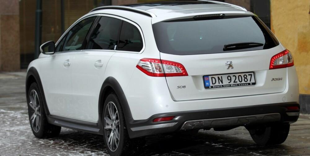 HØYERE: Peugeot 508 RXH har 5 cm ekstra bakkeklaring sammenlignet med en vanlig 508 SW. Skliplater foran og bak samt feite dørterskler hører med i allroaderkonseptet. FOTO: Egil Nordlien, HM Foto