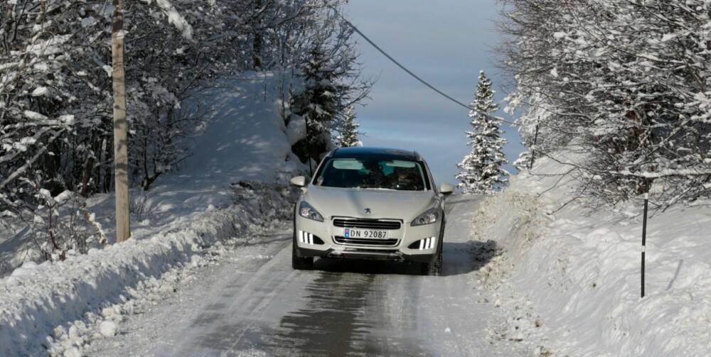 FIREHJULSDRIFT: Kraft til bakhjulene er det elmotoren i hybridsystemet som sørger for. Den er mye svakere enn dieselmotoren som driver forhjulene. Derfor har Peugeot 508 RXH en forhjulsdrevet kjørekarakter selv når du velger 4WD-modus. FOTO: Øyvind Jakobsen