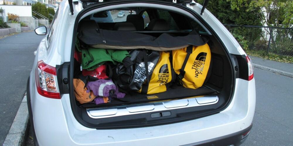 FORT FULLT: Bagasjerommet er på kun 400 liter, som er mye mindre enn bilens størrelse skulle tilsi. Årsaken er at hybridsystemet stjeler plass. FOTO: Øyvind Jakobsen