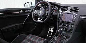 SKOTSK: For snart år siden mente en interiørdesigner uten smak at skotskruter passet i setene i en VW Golf GTI. Ennå i dag gjentar VW grusomheten som nå er blitt tradisjon, men du kan få GTI med andre setetrekk. Kvalitetsfølelsen er god, betjeningen moderne og logisk. FOTO: Petter Handeland