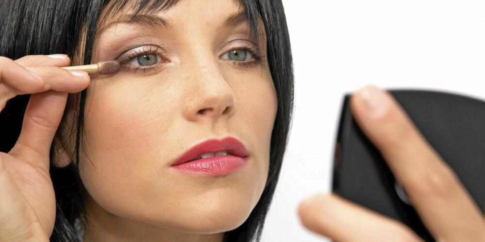 FORVERRER: Sminke brukes til å forbedre utseendet. Men er den for gammel kan den fort forverre istedet.