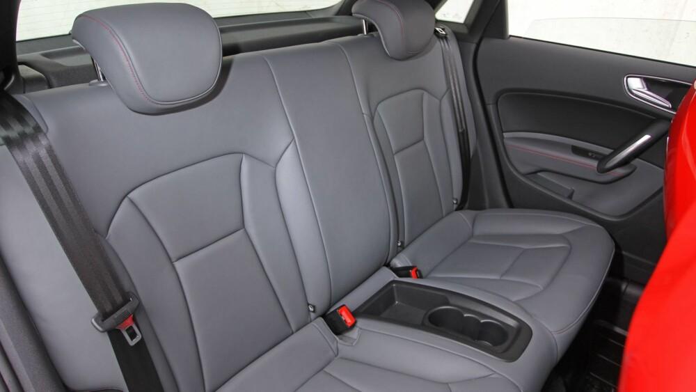 IKKE PRAKTISK: Bakseteplassen er naturlig nok begrenset i småbilen, som egner seg best for to. Firehjulsdriftsystemet stjeler plass i bagasjerommet, som i S1 Sportback kun rommer 210 liter.