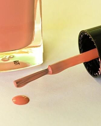 LOGISK: Neglelakk fjernes med neglelakkfjerner - også fra teppene.