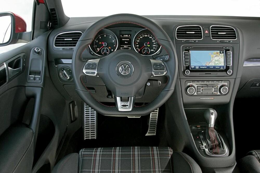 Interiøret er klassisk Golf GTI, med alupedaler og treeket sportsratt. Legg merke til det nostalgiske mønsteret i setetrekket!