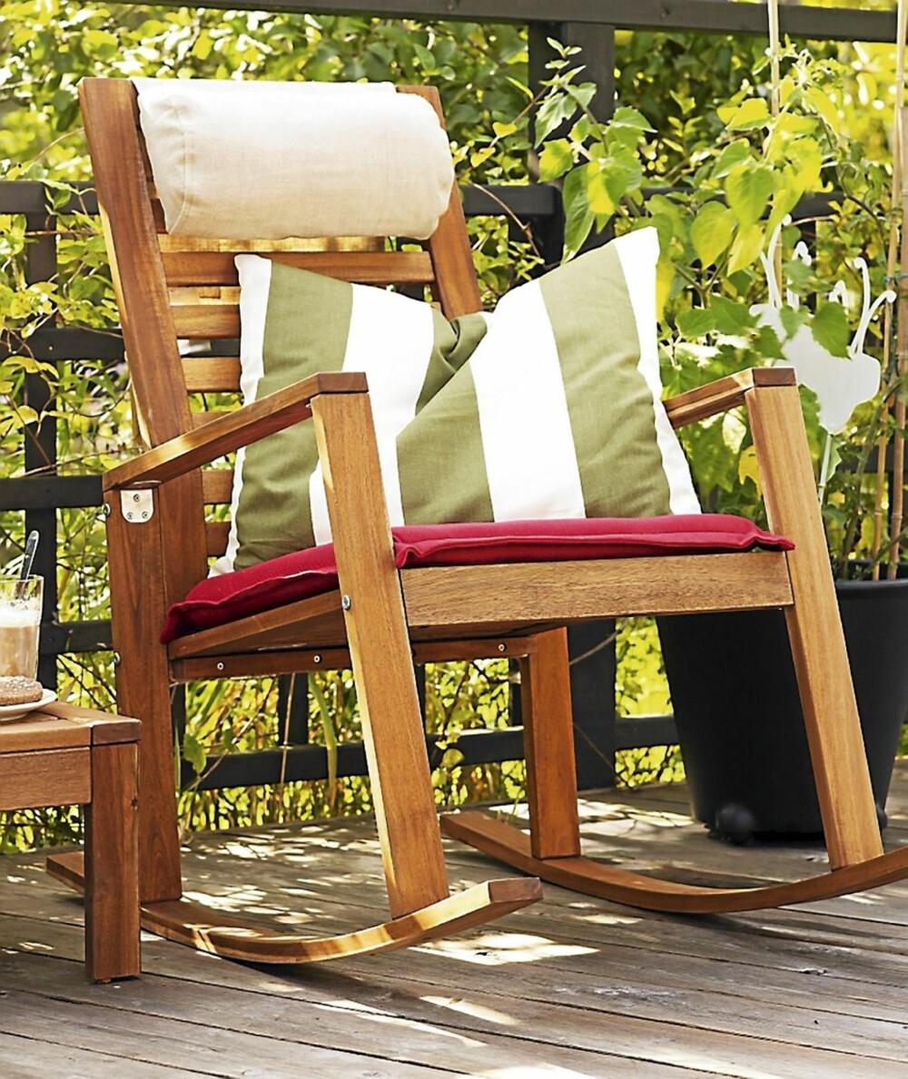 """Stilig hvil. Gyngestolen """"Appelarö"""" fra Ikea gynger fint både inne og ute på balkongen. Kr 595 fra Ikea, www.ikea.no."""