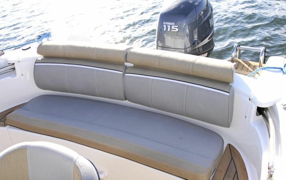 HERLIG: Passasjerene sitter best på aktersofaen, som i likhet med de øvrige setene er kledd med et fint to-tone stoff i grått og beige.