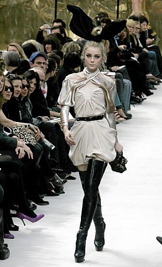 PÅ CATWALKEN: Modell med lårhøye støvletter på visningen til Louis Vuitton.