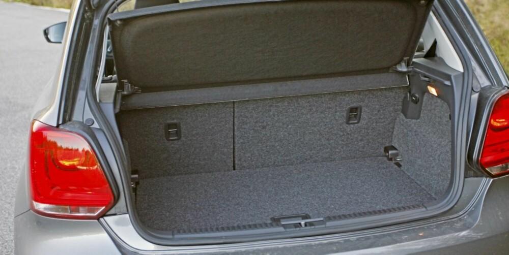 FORTSATT LITEN: Selv om VW har gjort en god jobb med plassfølelsen foran, er Polo fortsatt en liten bil når du åpner bagasjerommet..