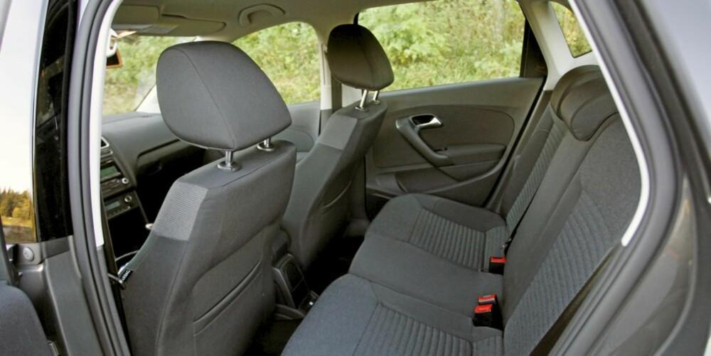 BRUKBAR PLASS: Til to voksne bak, men med lavt tak er Poloen på sitt svakeste i bakre halvdel av bilen.