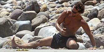 CALIFORNIA: Matthew McConaughey er aktiv yogautøver. Her strekker han ut på stranda etter en løpetur.