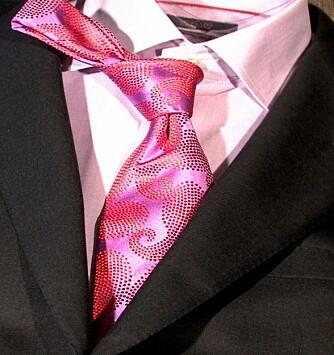 RIKTIG: Slipset er fargerikt og lyser opp antrekket, samtidig som den går ton-i-ton med skjorten.
