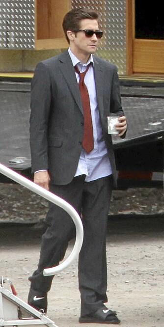 SLIPPERS: Jake Gyllenhaal  kunne med hell ha kuttet ut Nike-sandalene til dressen.