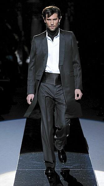 STYLING: Gjør som Versace. Bytt ut det tradisjonelle slipset med et silketørkle. Da får du en helt ny look.
