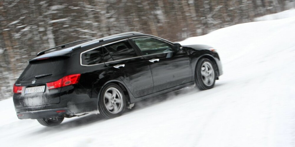 TUNG HØYREFOT: Hvis du har en bil med antispinn, gjelder det å gi mye gass når du skal opp en bakke.