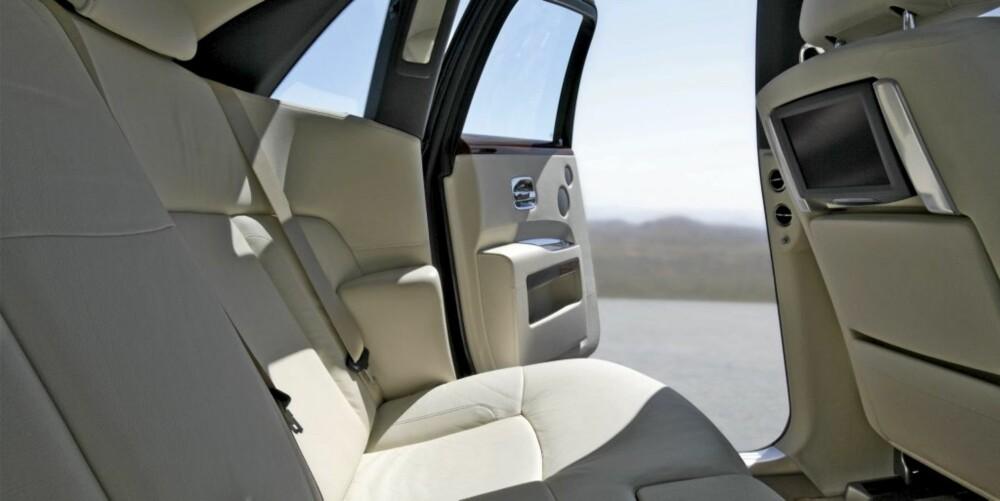 PUR LUKSUS: Selv om Rolls-Royce Ghost er ment å være en kjøreglad bil, er det ingen tvil om at de i baksetet kan hygge seg ordentlig.
