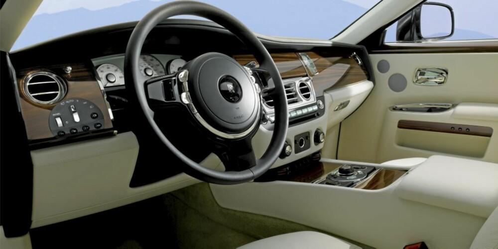 DEILIG: Store mengder treverk og skinn er på plass i Rolls-Royce Ghost. Det samme er svært mye avansert utstyr for sikkerhet, komfort og kjøreglede.
