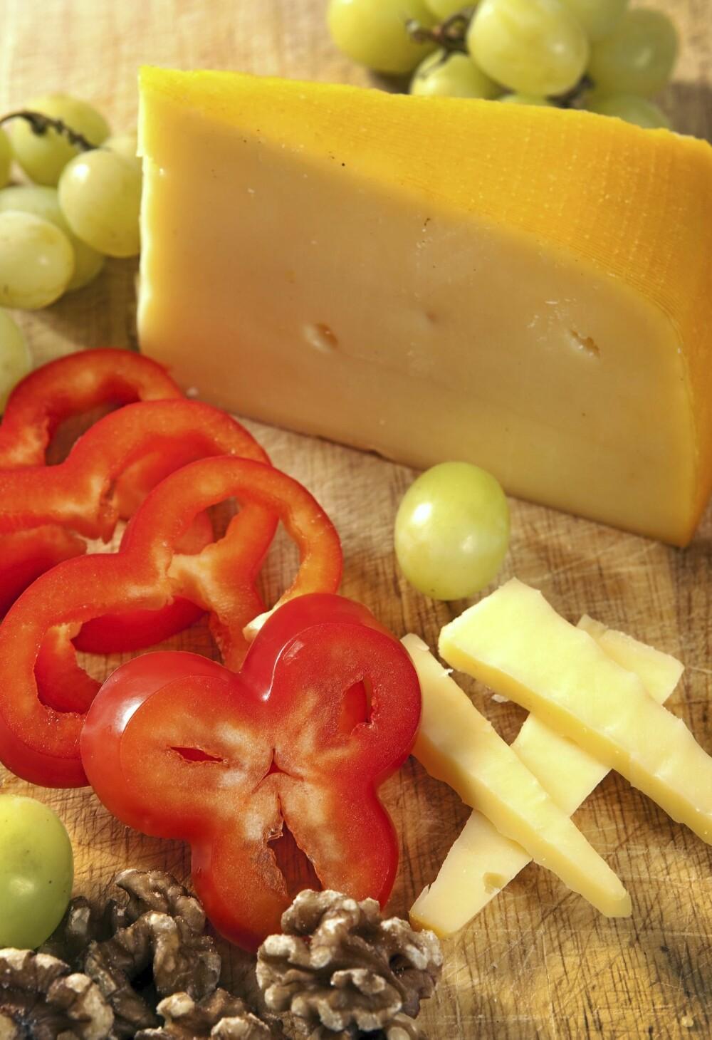 Ost med frukt og nøtter er et fint mellommåltid etter Isodiettens prinsipper.