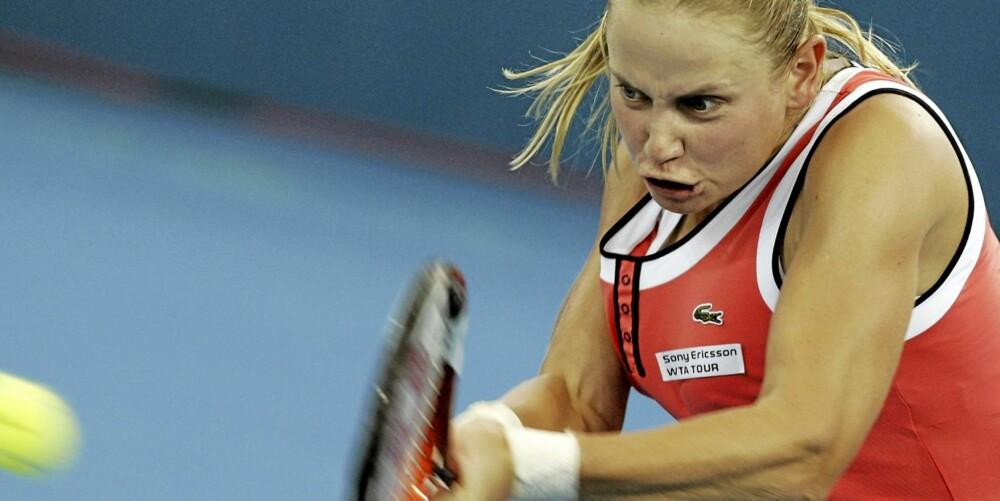 TENNIS: De fysiske belastningene i tennis er så harde at halvparten av de kvinnelige utøverne plages av urinlekkasje. Her ser vi Australias Jelena Docic i aksjon.